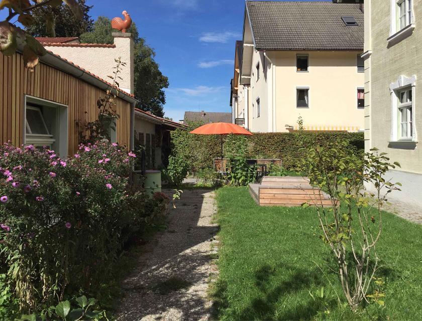 Nutz- und Spielgarten mit sanierten Nebengebäuden, Sanfkasten, Terrasse und Hochbeet