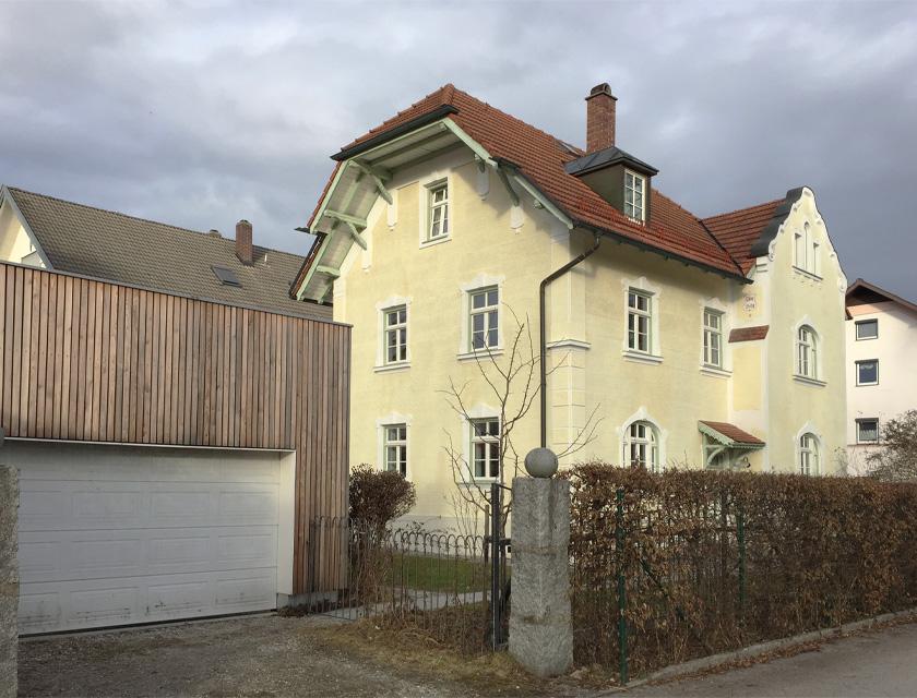 Villa-Westseite mit modern gestalteter, sanierter Garage