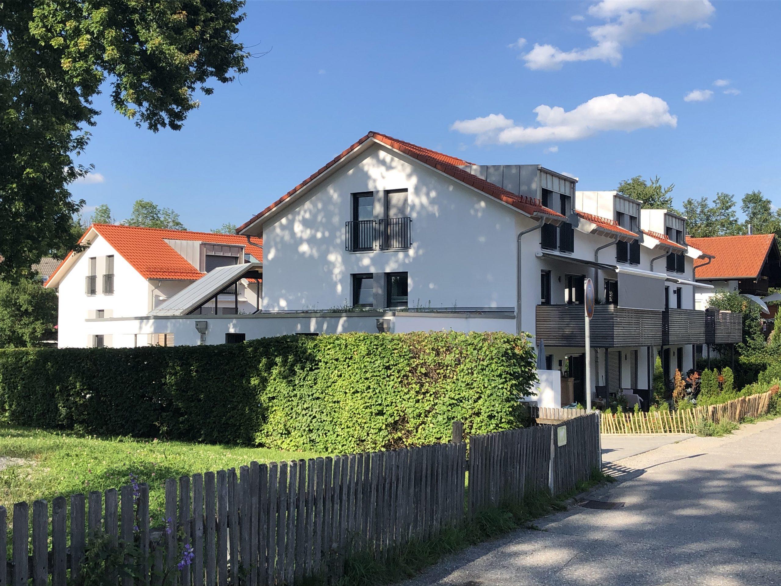 links/ Hintergrund: Haus Nord (4 WE); rechts Haus Süd (6 WE)